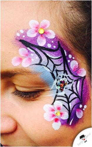 Barevná pavučina namalovaná na obličeji