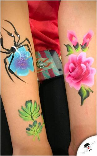 Pavouk a růže namlované na ruce