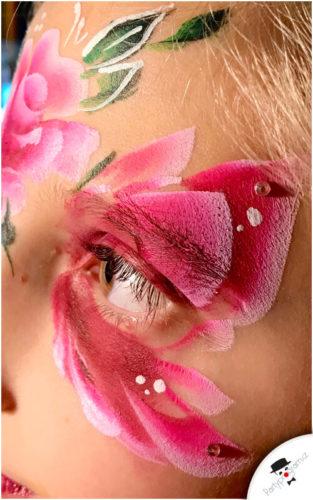 Růže namalovaná na obličeji